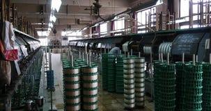 4k de machine die Weefsels in een Zijdefabriek produceren, Spinmachine verzamelt zijde stock videobeelden