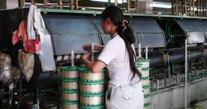 4k de machine die Weefsels in een Zijdefabriek produceren, Spinmachine verzamelt zijde stock video
