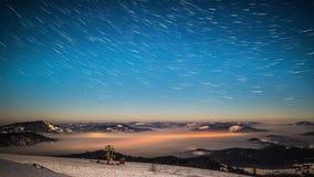 8K de melkachtige tijdspanne van de maniertijd in Karpatische Bergen stock video