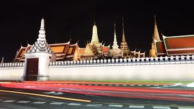4K de mening van de tijdtijdspanne van Groot Paleis of Wat Phra Keaw bij nachtmening in Bangkok stock footage