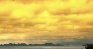 4k de oceaan van de de dageraad sky&coastal kust van de schemerzonsondergang gele wolk cloudscape timelapse stock footage