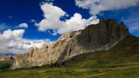 4K de rollende wolken van de tijdtijdspanne over de piek van de bergberg, Dolomiet, Italië stock video