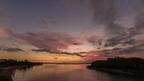 4K de surpresa ajardinam o timelapse de bonito após o céu do por do sol sobre o lago na ilha tropical de Bali, Indonésia tempo de video estoque