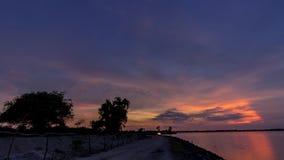4K de surpresa ajardinam o timelapse de bonito após o céu do por do sol sobre o lago na ilha tropical de Bali, Indonésia tempo de vídeos de arquivo