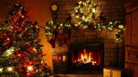 4k de surpresa disparou de laço ardente da chaminé da chama da lenha na sala festiva confortável de Noel da decoração do ano novo filme