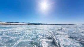 360 8k de toerist die van de panoramamens zich bij het eiland Yador op blauw ijs van Meer Baikal bevinden stock videobeelden