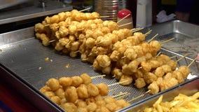4 k de una comida local popular en el mercado de la noche de Asia de la calle en Taipei metrajes