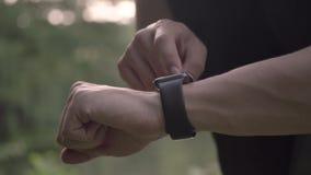 4k de video die van de resolutieclose-up van de sportenmens diverse gebaren met een vinger op een touch screen van een slim horlo stock video