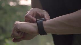 4k de video die van de resolutieclose-up van de sportenmens diverse gebaren met een vinger op een touch screen van een slim horlo stock footage