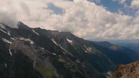 4k de vol - belle vue sur les montagnes du Caucase clips vidéos