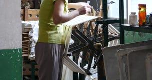 4k de vrouwen werken aan een productielijn afwikkelende cocons van de zijdefabriek in China stock video