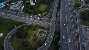4K de weg van de kruisingsweg met verkeer van hommelmening stock videobeelden