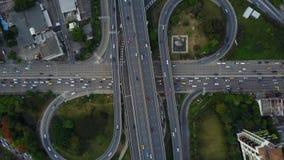 4K de weg van de kruisingsweg met verkeer van hommelmening stock footage