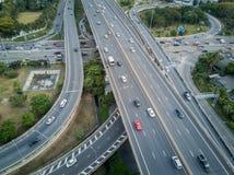 4K de weg van de kruisingsweg met verkeer van hommelmening royalty-vrije stock fotografie