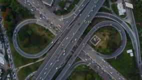4K de weg van de kruisingsweg met verkeer van hommelmening stock video