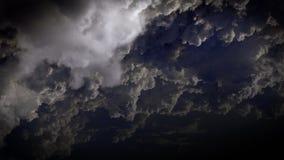 4K de zwarte hemel in de geladen massa van nachtonweerswolken beweegt zich stock illustratie