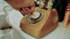 4K dedo do uso dos povos que disca um telefone giratório retro do estilo do vintage tintura do filme para o tom do vintage tecnol filme