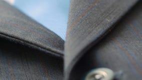 4k del cierre de la chaqueta del traje del hombre hasta los botones Tiro del carro almacen de metraje de vídeo