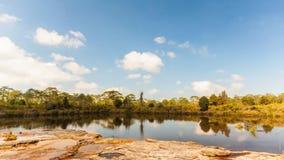 4K del tempo-lape, lago sotto il cielo nuvoloso blu stock footage