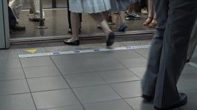 4K, der Zug kommt zu Metro-Station Taipeh, erhalten Leute weg und Brett stock video footage