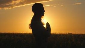 4k des schönen Schattenbildes der jungen Frau, das Yoga über orange Sonnenaufgang tut stock footage