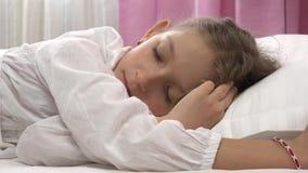 4K despiertan al niño que cae el retrato dormido en cama, cara de la niña el dormir, dormitorio almacen de metraje de vídeo