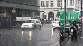 4K Deszcz na ulicie w Berlin Tam jest samochód policyjny parkujący zbiory