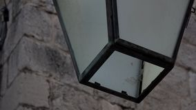 4K Detalhes de uma lâmpada na cidade velha de Dubrovnik, Croácia Lâmpada velha na fachada video estoque