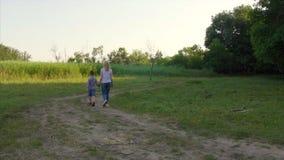 4K die Promenade der Mutter und des Kindes stock video