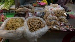 4K, diferente tipo de comida tradicional selding en una tienda situada en mercado almacen de video
