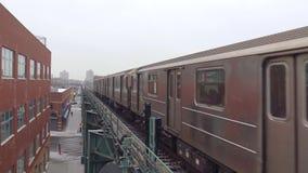 4k disparou do trem de carro de aço de prata urbano moderno do metro que move-se rapidamente na estrada de trilho na estação de m filme