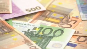 4K Dolly glijdende geschotene eurorekeningen van verschillende waarden Euro contant geldgeld stock footage