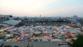 4K dzień nighttime upływ popularny noc rynek przy Bangkok zbiory