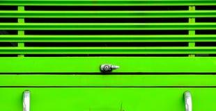 Kędziorek przy zielonym autobusem Fotografia Stock