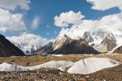 K2 e pico largo nas montanhas de Karakorum imagem de stock