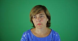 4k - Een droevige vrouw denkt over iets, neer is haar starende blik, langzame motie stock footage