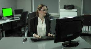 4K: Een jonge secretaresse komt in haar bureau de dagelijkse zaken beginnen stock video