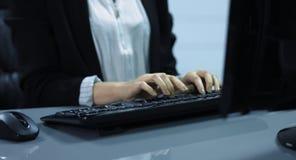 4K: Een jonge vrouw schrijft op het computertoetsenbord Het is een middel van het toetsenbord en de handen wordt geschoten die stock videobeelden