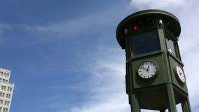 4K Eerste verkeerslicht in Europa dat in Potsdamer Platz, Berlijn wordt gevestigd stock videobeelden