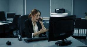 4K: Ein junger weiblicher Manager analysiert einen Bericht und fand einen großen Fehler nach innen stock video
