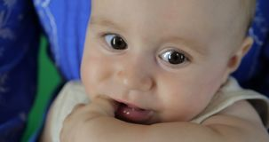 4K - Ein kleines Baby saugt seinen Fingerabschluß, Zeitlupe auf stock video