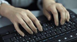 4K: Eine Nahaufnahmeansicht von den schnellen schreibenden weiblichen Händen auf einer schwarzen Tastatur stock video