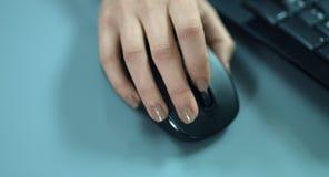 4K: Eine Nahaufnahmeansicht von einer beweglichen Frauenhand an einer Computermaus stock video