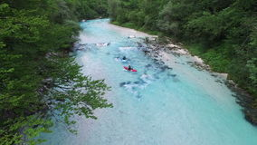 4K El Kayaking en el río de Soca en Eslovenia Julian Alps, valle de Soca, distrito de Bovec metrajes