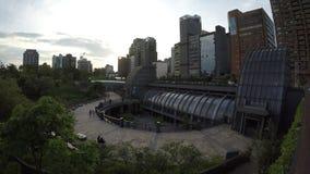 4K el metro Daan Park Station en la ciudad de Taipei, puesta del sol del paisaje urbano de Taiwán almacen de video
