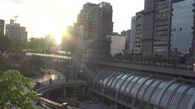 4K el metro Daan Park Station en la ciudad de Taipei, puesta del sol del paisaje urbano de Taiwán metrajes