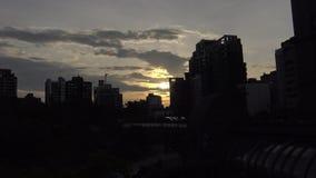 4K el metro Daan Park Station en la ciudad de Taipei, puesta del sol del paisaje urbano de Taiwán almacen de metraje de vídeo