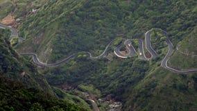 4K elevó el propósito de la conducción de automóviles en S hermoso curvó el camino en las montañas almacen de video