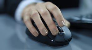 4K: En closeupsikt från en hand för ung kvinna med en datormus lager videofilmer