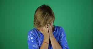 4k - En kvinna med ett h?rligt kort h?r skrattar uppriktigt, ultrarapid arkivfilmer